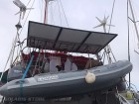 Fixation de 3 panneaux solaires SUNPOWER sur le portique d'un catamaran