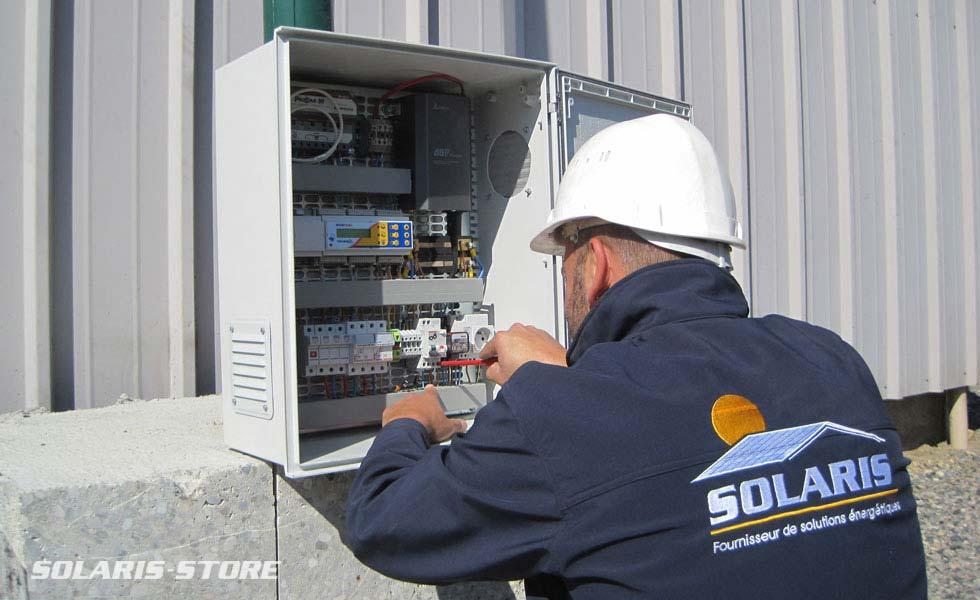 Techniciens spécialistes de l'énergie solaire en indépendance