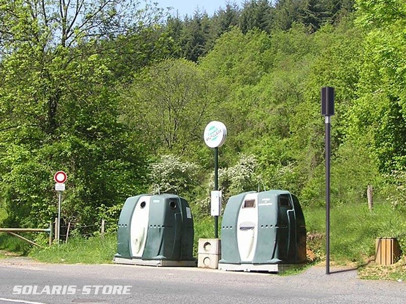 Rhone (69) / Installation d´un lampadaire solaire au Nord de Lyon pour éclairer une zone de collecte des déchets.