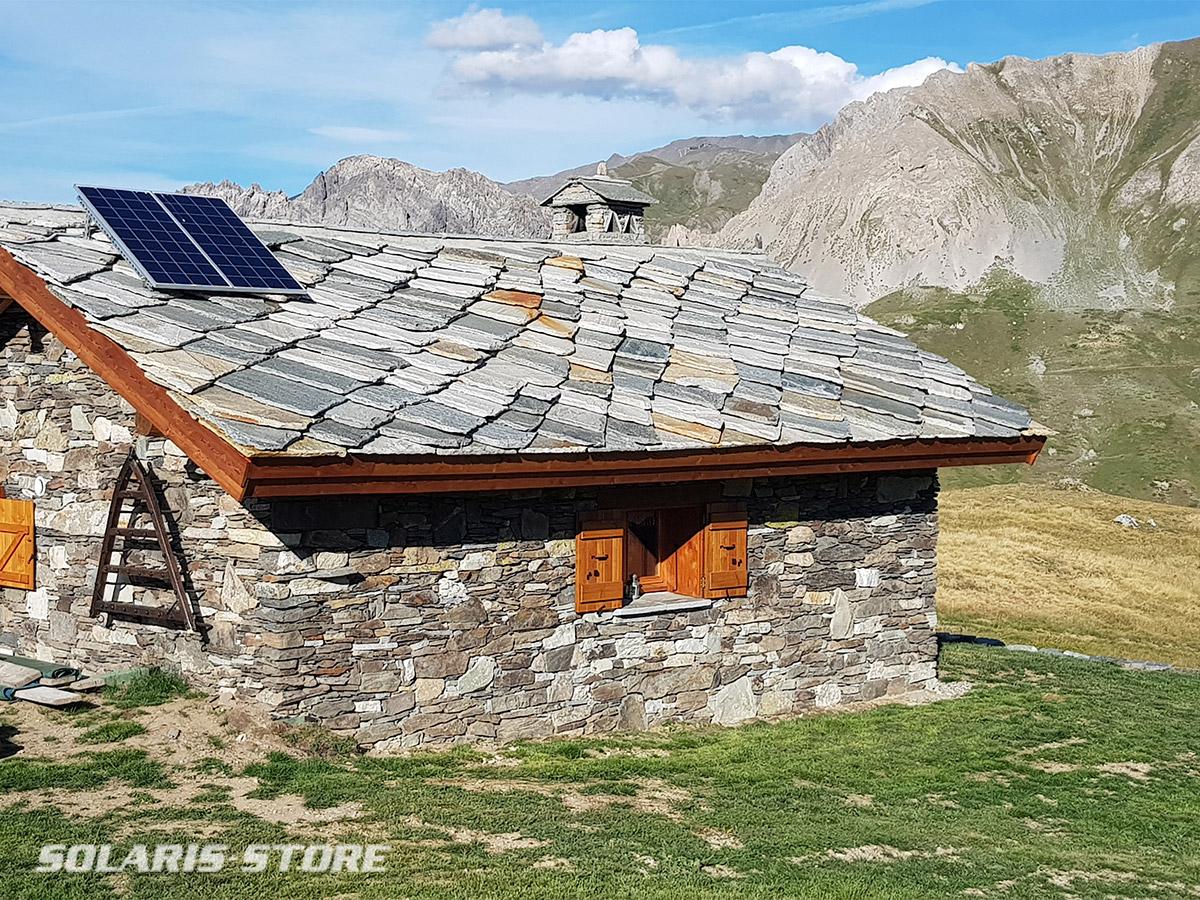 Chalet en pierre à la montagne alimenté en solaire