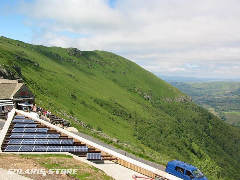 Auvergne, département du Cantal (15) / Installation hybride solaire (3600Wc) et groupe électrogène alimentant la maison du Pas de Peyrol.