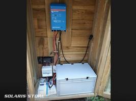 Installation électrique complète : batterie, régulateur... et onduleur dans un local dédié