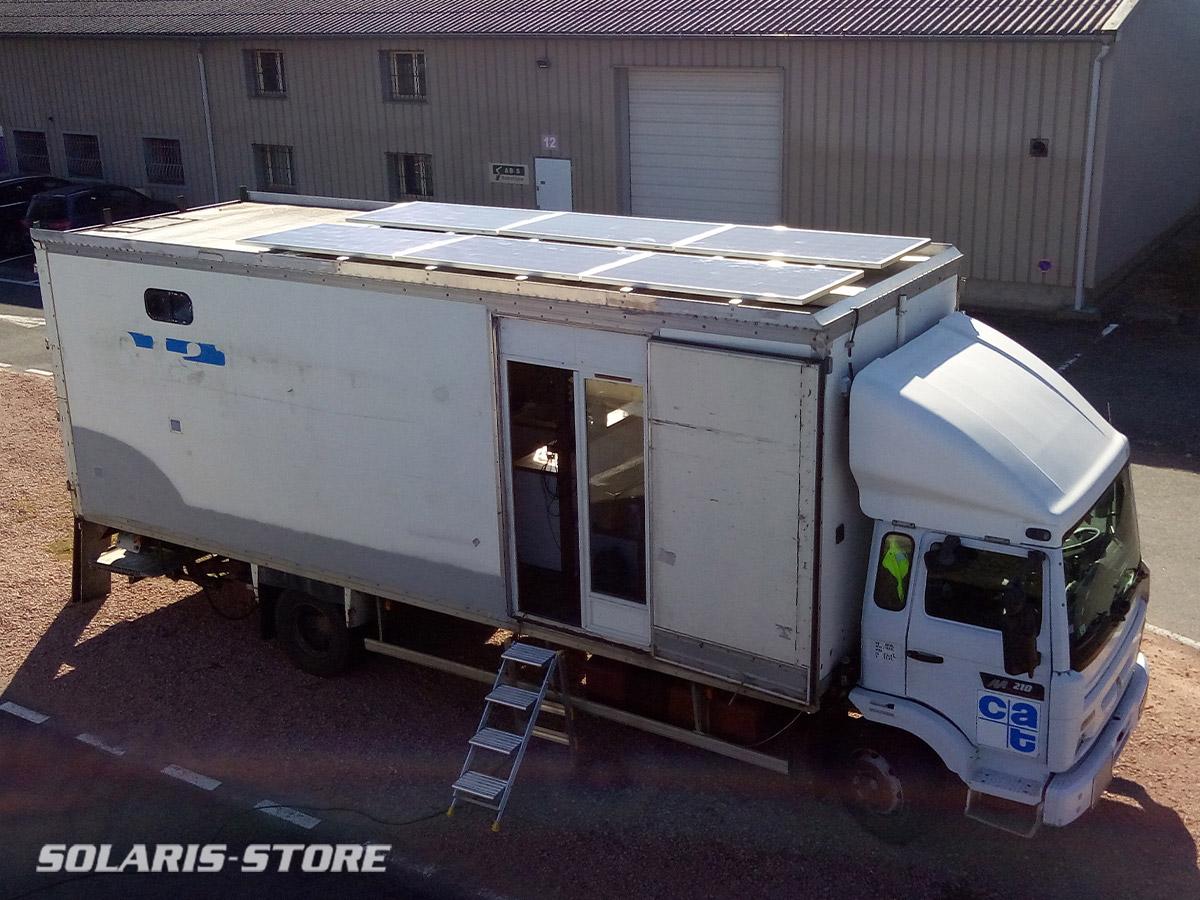 Installation de panneaux solaires sur un camion aménagé