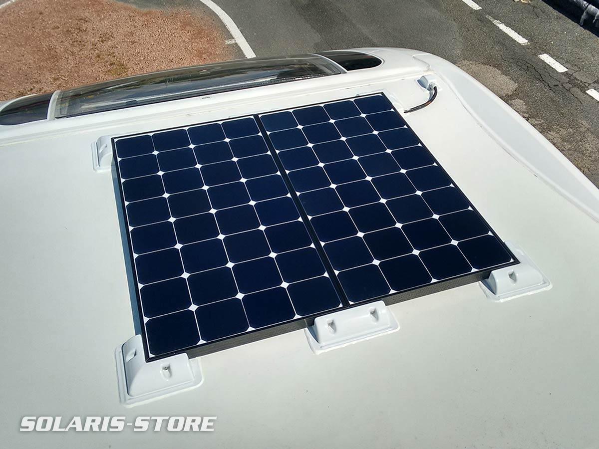 Installation de deux panneaux solaires sur le toit d´un camping car