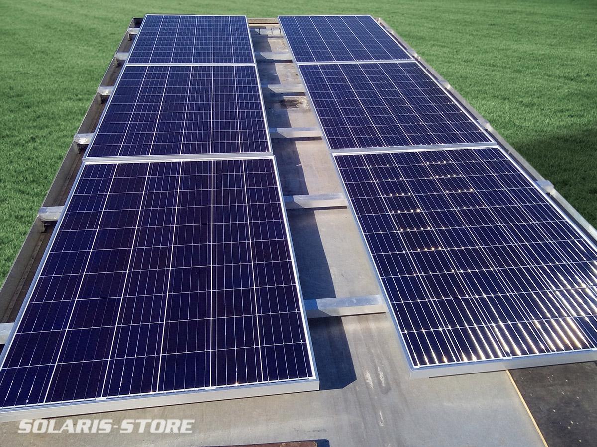 Panneaux solaires sur un camion aménagé