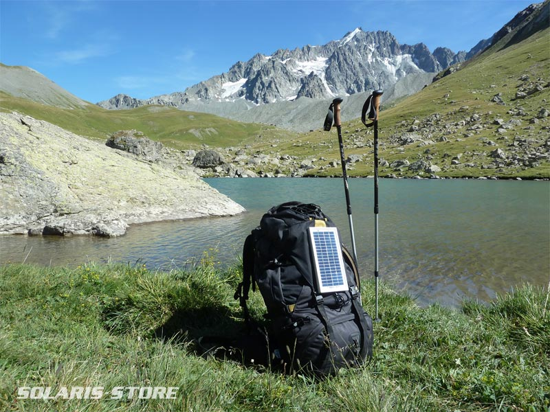 Panneau solaire accroché sur un sac à dos. Production d´électricité lors d´une randonnée en Montagne