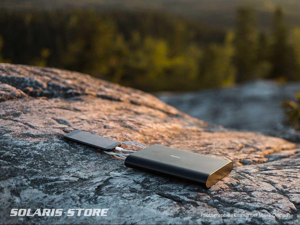 Recharger un iphone grâce à l'énergie solaire en pleine nature