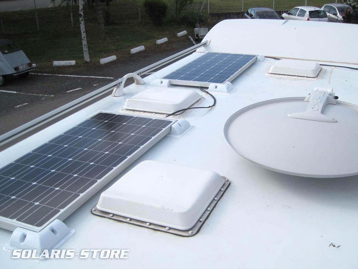 Fixation de deux panneaux solaires à proximité de la parabole et des ouvertures de toit