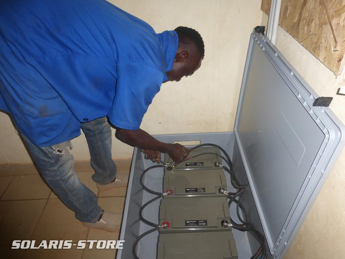 Installation d´un kit solaire SOLARIS par l´association Solaire sans fronti&eagrave;re