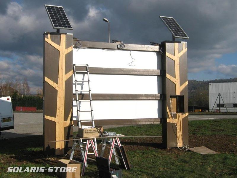 Ain (01) / Kit solaire dimensionné sur mesure pour la signalétique. Alimentation d'une enseigne lumiseuse.
